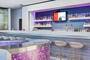 The lounge or bar area at IntercityHotel Rostock