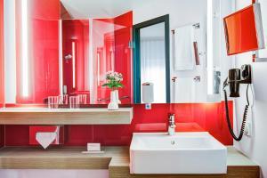 A bathroom at IntercityHotel Rostock
