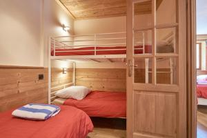 A bunk bed or bunk beds in a room at Chalet Aventure