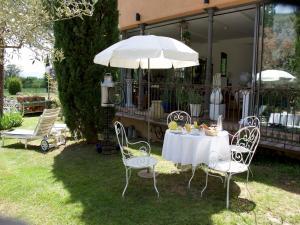 Ein Restaurant oder anderes Speiselokal in der Unterkunft La Ferme Rose-Hôtel de Charme