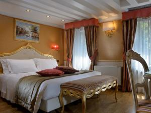 A bed or beds in a room at Hotel Olimpia Venice, BW Signature Collection