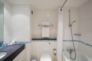 A bathroom at Holiday Inn Maidstone-Sevenoaks, an IHG Hotel
