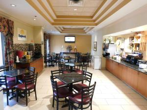 A restaurant or other place to eat at Days Inn & Suites by Wyndham Cedar Rapids