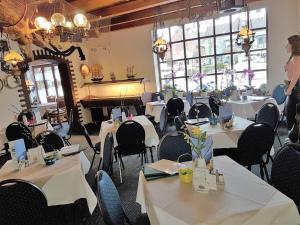 Ein Restaurant oder anderes Speiselokal in der Unterkunft Hotel-Restaurant Cafe Caro