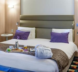 A bed or beds in a room at Hotel Mercure Grenoble Centre Président