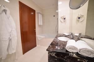 A bathroom at Hotel Mellain