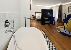 A bathroom at One Shot Palacio Reina Victoria 04