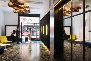 De lounge of bar bij One Shot Palacio Reina Victoria 04
