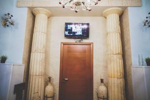 Телевизор и/или развлекательный центр в Guest House Expo na Kutuzovskom