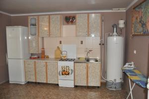 Кухня или мини-кухня в Guest House na samburova