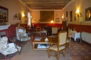 A restaurant or other place to eat at Casa Palacio Conde de Garcinarro