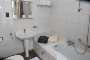 A bathroom at Hotel Le Monte Cristo