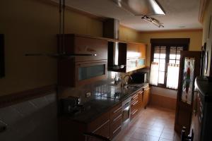 Una cocina o zona de cocina en Casa Rural La Bodega De Marina