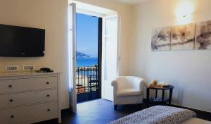 A television and/or entertainment center at Hotel Residence Baiadelsole