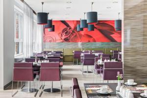 Ein Restaurant oder anderes Speiselokal in der Unterkunft IntercityHotel Hamburg Altona