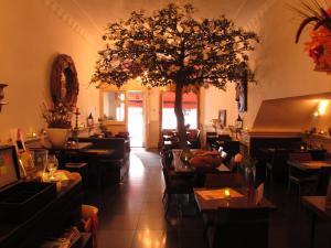 Een restaurant of ander eetgelegenheid bij Amadeus Hotel