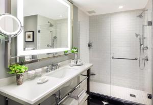 A bathroom at InterContinental New York Barclay Hotel, an IHG Hotel