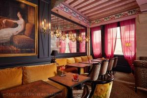 The lounge or bar area at Hôtel de Joséphine BONAPARTE