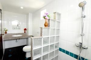 A bathroom at Deng's Kamala Beach Hotel