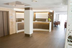 De lobby of receptie bij Hotel Voramar