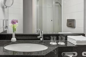 A bathroom at IntercityHotel Kiel