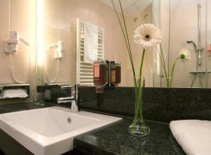 A bathroom at IntercityHotel Mainz