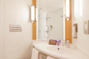 A bathroom at ibis Brighton City Centre - Station