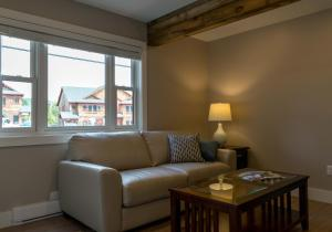 A seating area at Lake Placid Inn: Residences