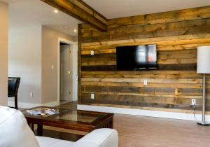 A television and/or entertainment centre at Lake Placid Inn: Residences