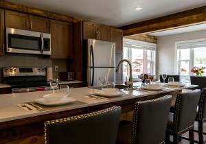 A kitchen or kitchenette at Lake Placid Inn: Residences