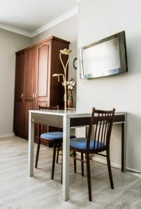 Televízia a/alebo spoločenská miestnosť v ubytovaní Hotel Kert FREE PARKING