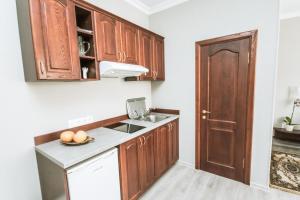 Kuchyňa alebo kuchynka v ubytovaní Hotel Kert FREE PARKING