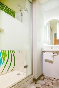 Salle de bains dans l'établissement Ibis Budget Porte de Camargue