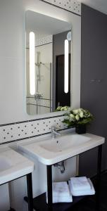 A bathroom at ibis Styles Dinan Centre Ville