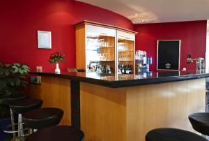 The lounge or bar area at IntercityHotel Schwerin
