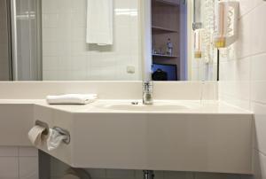 A bathroom at IntercityHotel Schwerin