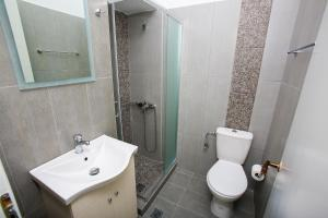 A bathroom at Musses Studios