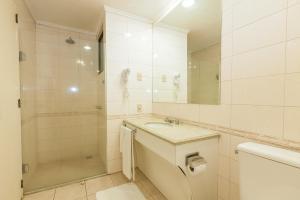 A bathroom at Tri Hotel Smart Caxias