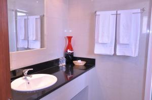 Uma casa de banho em Hotel Continental Luanda