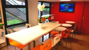 A restaurant or other place to eat at Premiere Classe Quimper