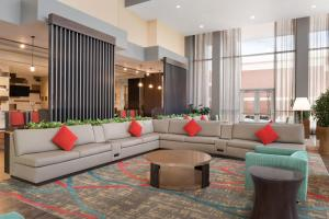 The lounge or bar area at Embassy Suites Chicago-Naperville