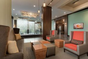 A seating area at Embassy Suites Chicago-Naperville