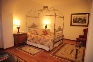 A bed or beds in a room at Parador Santa Maria La Real
