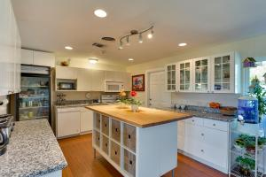 A kitchen or kitchenette at Amici BnB