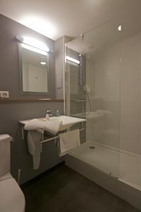 Salle de bains dans l'établissement Brit Hotel Le Kerotel