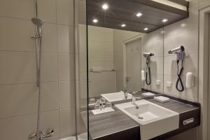 A bathroom at H+ Hotel Köln Hürth