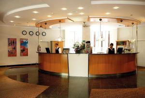 The lobby or reception area at H+ Hotel Köln Hürth