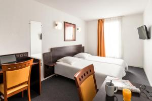 A bed or beds in a room at Aparthotel Adagio Access Toulouse Jolimont