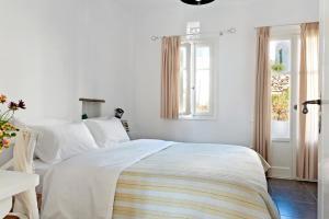 Ένα ή περισσότερα κρεβάτια σε δωμάτιο στο Skaris Guesthouse Tinos