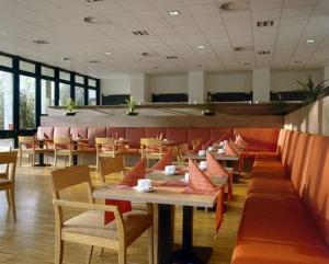 A restaurant or other place to eat at Overnight Tagungshotel im ABZ